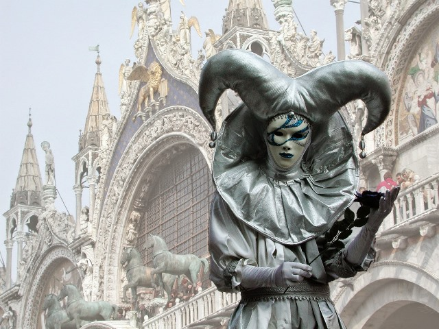 Venedik'te maskeli palyaço