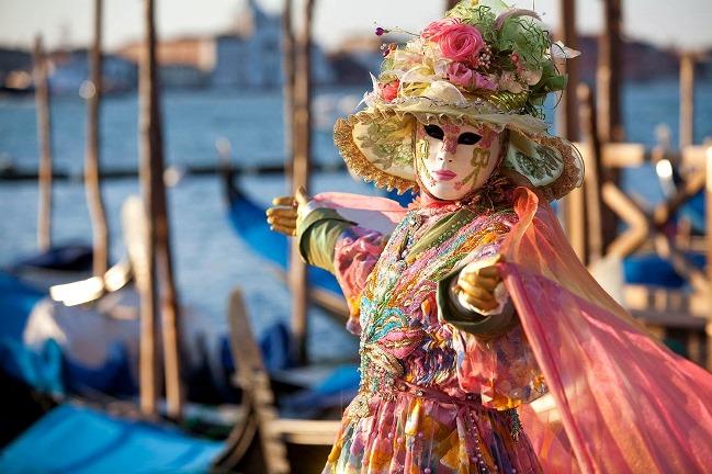 Venedik'te kollarını açmış maskeli adam